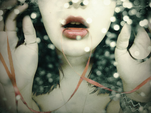 bokeh_girl_lips_ribbon_vef